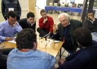 """Marco Pannella registra la trasmissione radiofonica per Radio Radicale """"Generazione L"""", circondato dai giovani conduttori (nel corso del 6° Congresso"""