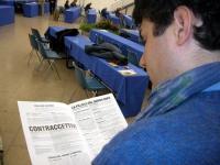 Simone Sapienza legge il volantino dell'associazione Aglietta sulla salute sessuale, nel corso del 6° Congresso del PR.