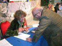 6° Congresso del PR. Raffaele La Capria firma il referendum per l'abrogazione della legge sulla fecondazione assistita, nel corso della celebrazione p