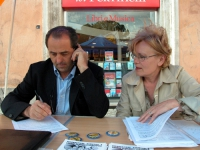 Antonio Di Pietro, a un tavolo radicale a largo Argentina, firma la richiesta di un referendum per l'abrogazione della legge sulla fecondazione assist
