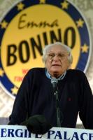 Marco Pannella sul podio del 6° Congresso italiano del Partito Radicale. Sullo sfondo: il simbolo della lista Bonino.
