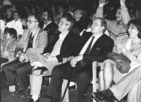 Tessari, Vesce e Modugno seduti mentre assistono ad uno spettacolo folcloristico in margine al 35° congresso PR (BN)