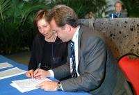 Alessandro Cecchi Paone firma il referendum per l'abrogazione della legge sulla fecondazione assistita (nel corso del 6° Congresso italiano del PR).