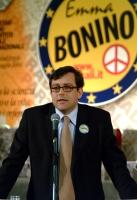 Bruno Mellano (consigliere regionale del Piemonte della Lista Bonino) alla tribuna del 6° Congresso italiano del PR. Altre digitali (con Mellano).