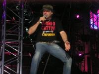 """Vasco Rossi, durante un concerto, indossa la T-shirt: """"BUONI O CATTIVI firmate il referendum""""."""