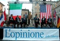 """Gianfranco Dell'Alba (seduto, terzo da sinistra) partecipa alla manifestazione in solidarietà con gli Stati Uniti, indetta dal quotidiano """"L'Opinione"""""""