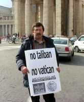"""Rino Spampanato indossa il cartello: """"No Vatican no taliban"""", mentre partecipa alla manifestazione davanti a piazza San Pietro contro la pedofilia nel"""