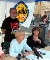 Emma Bonino tiene una conferenza stampa a un tavolo a Campo di Fiori, dove si raccolgono firme per l'abrogazione della legge sulla procreazione assist
