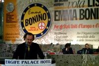 Francesco Maria Pullia (filosofo) interviene al 6° Congresso italiano del PR. Sul tavolo di presidenza, sullo sfondo: Marco Cappato, Marco Perduca.