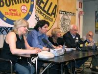 Conferenza stampa di chiusura della campagna elettorale per le europee. Da sinistra: Rita Bernardini, Marco Cappato, Emma Bonino, Marco Pannella, Serg