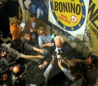 Marco Pannella circondato da telecamere e giornalisti dopo la conferenza stampa di chiusura della campagna elettorale per le europee.