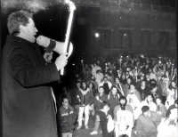 Taradash tiene un comizio con un megafono e una fiaccola in mano. Veduta del pubblico piuttosto numeroso. (BN) (buona)