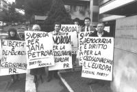 """""""manifestazione radicale davanti all'ambasciata Cecoslovacca a Roma per chiedere la liberazione dei compagni radicali cechi Jhon Bok e Jana Petrova. S"""