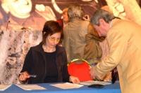 Fiorella Mancuso raccoglie e autentica le firme per il referendum per l'abrogazione della legge sulla fecondazione assistita, in occasione del trenten