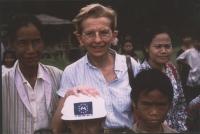 Emma Bonino in un gruppo di rifugiati birmani.