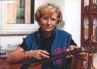 Emma Bonino tiene in mano una chitarra.
