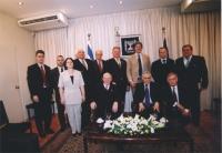 Foto di gruppo con Marco Pannella (fra i delegati del Parlamento Europeo in missione in Israele) e Moshe Katsav (seduto in prima fila, al centro, pres