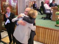 Sergio Stanzani abbraccia Emma Bonino (nel corso della sessione conclusiva della Conferenza di Sanaa).