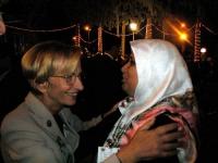 Emma Bonino abbraccia una donna araba in occasione dell'inaugurazione della Conferenza di Sanaa.