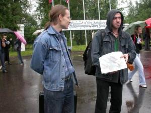 """In occasione dei festeggiamenti per il giorno dell'indipendenza americana, due militanti distribuiscono volantini, dove si chiede: """"America, stop the"""