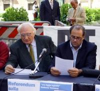 Marco Pannella e Antonio Di Pietro, nel corso di una conferenza stampa a piazza Montecitorio, sul referendum in materia di fecondazione assistita.