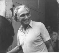Pannella sorridente all'uscita del carcere romano di Regina Coeli viene scarcerato dopo la modifica della legge sulle droghe leggere. Si era fatto arr