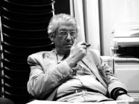 Massimo Bordin, nell'atto di fumare un sigaro. (BN) Altre digitali sullo stesso soggetto, a colori.