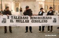 I radicali Rocco Berardo, Marco Cappato, Daniele Capezzone, Michele De Lucia, travestiti da talebani espongono davanti a Montecitorio, lo striscione: