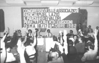 """""""banner: """"""""congresso delle associazioni radicali del Lazio. Il partito dei valori per una politica dei bisogni"""""""". Presidenza e congressisti che votano"""