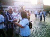 Pannella distribuisce i volantini e invita i passanti a firmare il referendum sulla fecondazione assistita, in occasione del concerto di Simon e Garfu