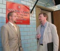 Boris Sevastianov (a sinistra) e Nikolaj Khramov. Sevastianov è l'avvocato di Khramov, accusato di propaganda di sostanze stupefacenti.
