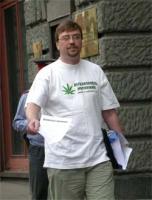 Nikolaj Khramov impegnato in un'azione di volantinaggio a sostegno della legalizzazione delle droghe leggere.