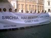 """Manifestazione davanti a Montecitorio, a sostegno della richiesta di dimissioni del ministro della Sanità Sirchia. Striscione: """"Sirchia, hai mentito a"""
