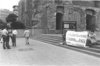 """""""Anniversario della bomba di Hiroshima. Manifestazione a Berlino Ovest con striscione retto da due militanti: """"Aug 45 Nuklearer Volrkermord Aug 85 Vol"""