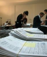 """Operazioni di conteggio e """"ripulitura"""" dei moduli per la raccolta di firme sui referendum in materia di fecondazione assistita. Altre digitali."""