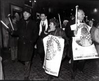 Bonino e Pannella durante una fiaccolata antiproibizionista con un cartello al collo e fiaccole in mano  (BN)