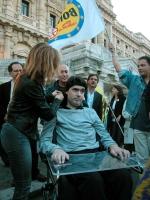 Luca Coscioni di fronte al palazzo di Giustizia, in occasione della veglia per la consegna delle firme sui referendum in materia di fecondazione assis
