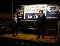 Daniele Capezzone e Marco Cappato, in un palco di fronte al palazzo di Giustizia, in occasione della veglia prima della consegna delle firme sui quesi
