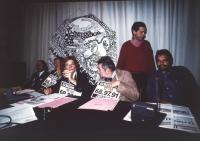 conferenza stampa al partito radicale con Emma Bonino, Oliviero Toscani, Bruno Zevi, Aurelio Candido e Gavino Sanna. Logo PR