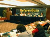 Comitato Nazionale dei Radicali Italiani. Al tavolo di presidenza, di fronte al banner: Referendum: Rita Bernardini, ???, Daniele Capezzone, Marco Bel
