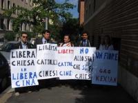 "Manifestazione davanti all'ambasciata cinese a Roma. Cartelli: ""Libera chiesa in libera Cina"", ""Libertà per i cattolici cinesi"", ""No allo Stato che si"