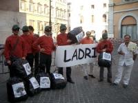 """Manifestazione contro l'aumento del rimborso ai partiti del finanziamento elettorale. I militanti radicali travestiti da """"Banda Bassotti"""" sono (da sin"""