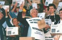 Consegna in Cassazione delle firme sui referendum in materia di fecondazione assistita. Schierati sulla scalinata del Palazzo di Giustizia, con uno sc