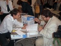 Giuliano Ferrara firma i referendum in materia di fecondazione assistita, presso la sede del Partito Radicale. Seduto di fronte a lui: Sergio Rovasio.