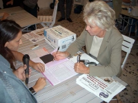 Margherita Boniver firma il referendum radicale in materia di fecondazione assistita. Altre digitali
