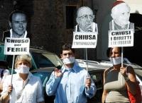Manifestazione di radicali imbavagliati davanti alla sede di Mediaset, contro la censura dell'informazione televisiva sul referendum in materia di pro