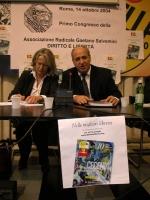 """Primo congresso dell'Associazione Radicale Gaetano Salvemini """"Diritto e libertà"""". Umar Khanbiev (accanto la sua interprete)."""