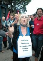 """Inaugurazione della mostra fotografica di Oliviero Toscani: """"Proibito pensare. Le facce della repressione a Cuba"""". Una contestatrice indossa il cartel"""