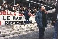 Renè Andreani intervistato davanti alle scalinate del Palazzo di Giustizia, dove si svolge una manifestazione di consegna dei moduli referendari.
