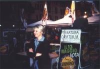 Maratona oratoria a piazza Navona in occasione delle elezioni comunali e politiche. In primo piano: Rita Bernardini. In secondo piano, alla tribuna: D